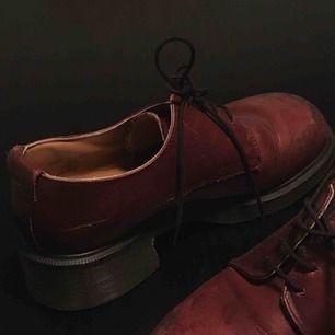 """Dr Martens, Modellen heter 8461 och såldes som mest på 90talet. De har en """"chunky heel & bump toe"""" vilket gör dem unika!  Väldigt fint skick.  Lite nött vid framtån på båda skorna  men är ej förstörda på något vis. Jättefina! Innermått ca 27cm."""