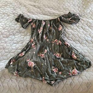 Snygg jumpsuit från H&M i blommigt mönster Frakt 55kr