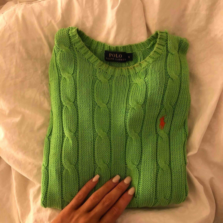 Grön kabelstickad tröja från Ralph Lauren. Använd 1 gång . Tröjor & Koftor.