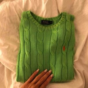 Grön kabelstickad tröja från Ralph Lauren. Använd 1 gång