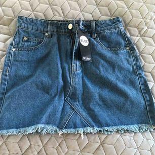 Snygg jeanskjol från Boohoo dock för liten för mig Aldrig använd Frakt 55kr