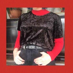 En svart velvet t-shirt! Aldrig använd och är därför i toppenskick:) Frakten ingår i priset💞💞