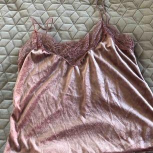 Rosa satinlinne med spetskant skitsnyggt plagg nu mot vår o sommar med en snygg kjol eller höga momjeans Stl M Frakt 55kr