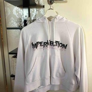 En vit hoodie från Monki. Storlek S funkar även på en M! Använd 3-4 gånger men har inte nån användning av den längre! Fint skick!