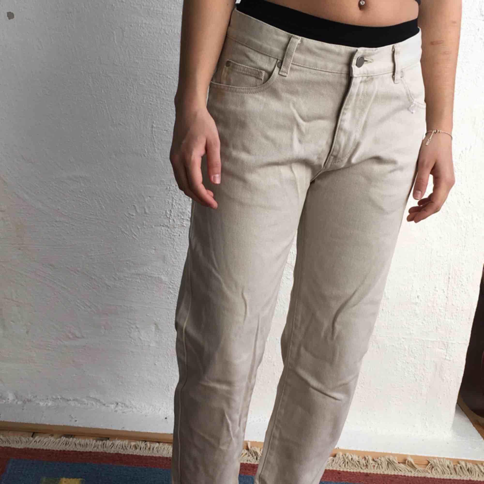 Helt oanvända beigea Dr.Denim jeans. Det är en cropped fit så de är kortare än vanliga 32-jeans. Kan mötas upp i Göteborg annars står köparen för frakten! :). Jeans & Byxor.