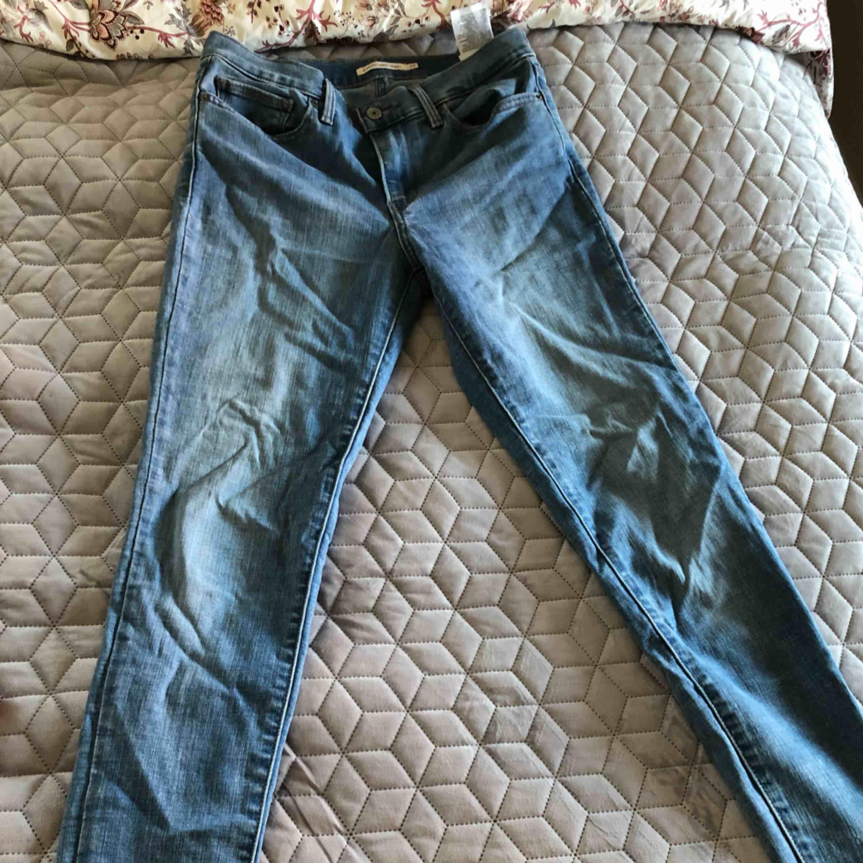 Slim fit jeans från Levis med hög midja i light denim stretchigt material. Perfekt med ett par sneaker i vår! Knappt använda Frakt 55kr. Jeans & Byxor.