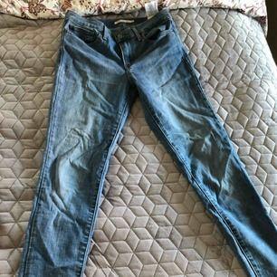Slim fit jeans från Levis med hög midja i light denim stretchigt material. Perfekt med ett par sneaker i vår! Knappt använda Frakt 55kr