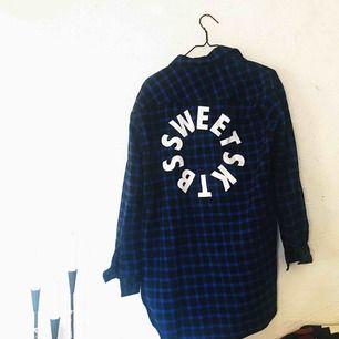 Fin blårutig skjorta med tryck på baksidan från Sweet Sktbs. Använd en gång. Frakt tillkommer 🌹