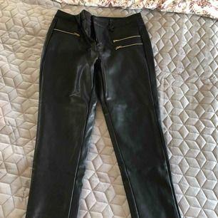 Skitsnygga läder / vinyltights med fickor som detalj perfekt till fest eller vardags. en het trend i vår! Aldrig använda med prislapp kvar Frakt 55kr