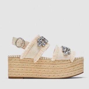 👡 Platåsandaler från Zara. Sviiinsnygga i sommar!! Oanvända. Köpare står för fraktkostnad, ev delad frakt vid snabb affär.