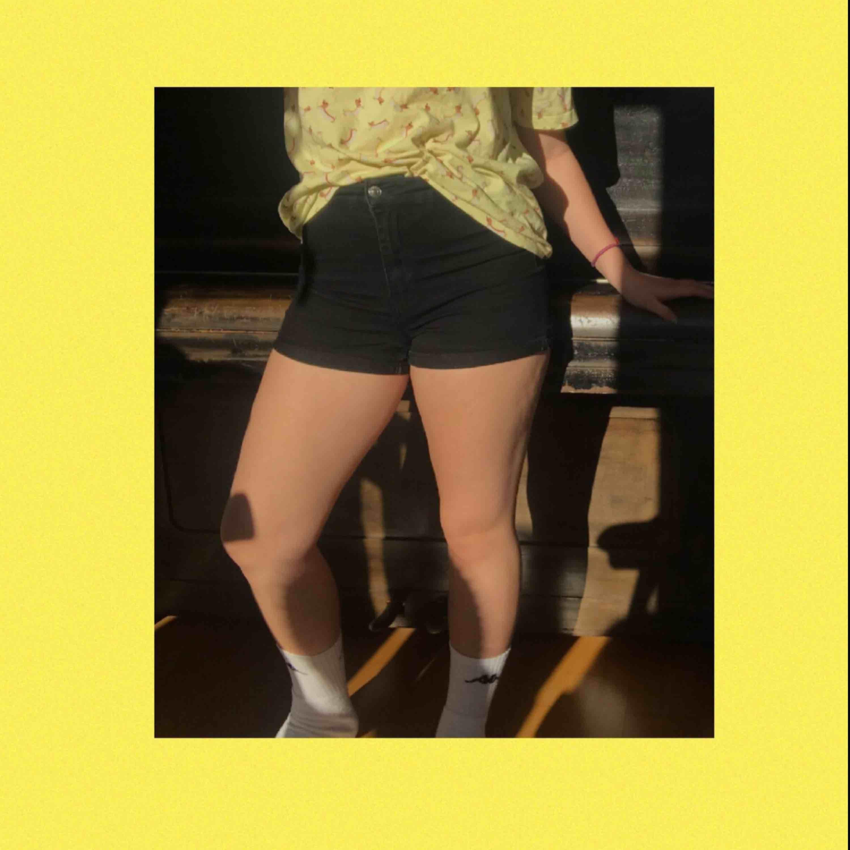 Ett par vanliga svarta shorts från H&M! Perfekta nu till sommaren;) Lite slitna mellan benen och vid dragkedjan men det märket man knappt. Är storlek 40 men är stretchig och jag skulle säga att de passar 38-42. Frakten ingår i priset🌸🌸. Jeans & Byxor.