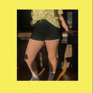 Ett par vanliga svarta shorts från H&M! Perfekta nu till sommaren;) Lite slitna mellan benen och vid dragkedjan men det märket man knappt. Är storlek 40 men är stretchig och jag skulle säga att de passar 38-42. Frakten ingår i priset🌸🌸