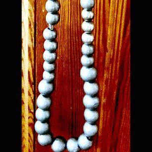långt halsband från våga . silverfärgade kulor med silverdetaljer .