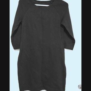 figurformad tight klänning strl S från vero moda