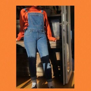 Jättesköna jeansoveraller! Aldrig använda då jag inte tycker om skinnyjeans:/ Storlek XL men små i storleken och passar mig som är en M:) Frakten ingår i priset💞💞