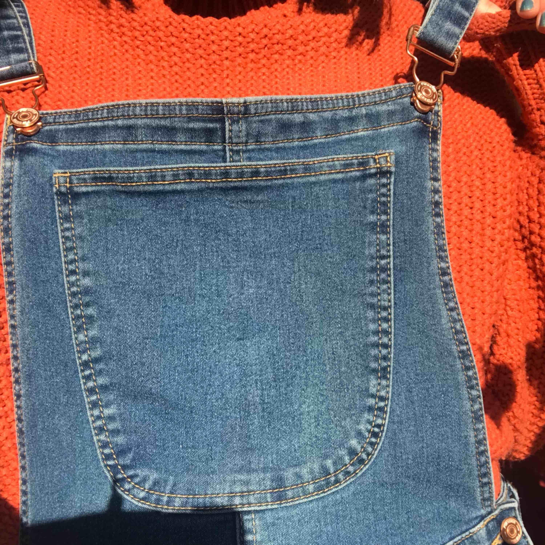 Jättesköna jeansoveraller! Aldrig använda då jag inte tycker om skinnyjeans:/ Storlek XL men små i storleken och passar mig som är en M:) Frakten ingår i priset💞💞. Jeans & Byxor.
