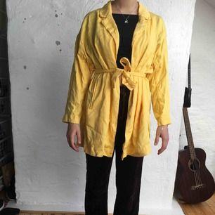 Gul, tunn American Vintage kappa. På plagget står det att den är Small men den är rätt oversized. Kan mötas upp i Göteborg annars står köparen för frakten! :)