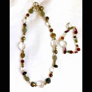 halsband med tillhörande armband , ädelstenar o glas , längd 46 cm,