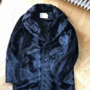 Zara svart fuskpäls mellan kappa/jacka Änvant flera gånger men det är fortfarande i mint condition!