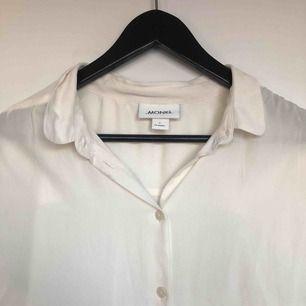 Skjorta/blus i en gräddvit färg. Lite genomskinlig🥰