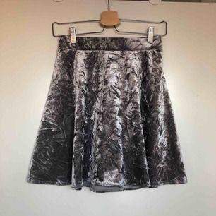 Reupload. Gråsilvrig kjol från monki. Oanvänd nypris 400kr. Toppskick🥰