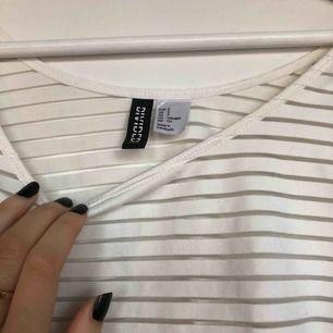 Kort tshirt eller croptop med transparent/vita ränder😉