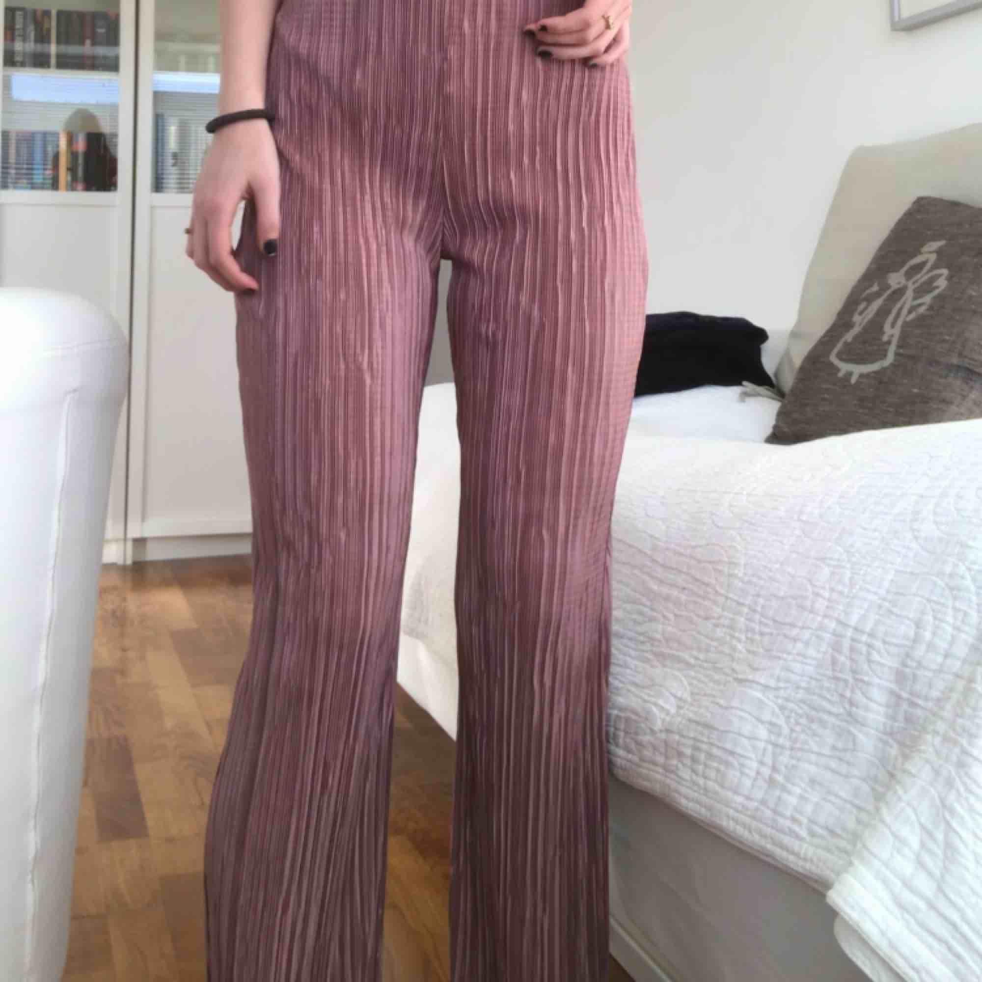 Säljer denna snygga byxdressen från Nelly! Passar XS-S😍❤️ benen är raka/lite bootcut och den är plisserad✨✨ skriv för fler bilder!✨✨ köparen står för frakt😘. Klänningar.
