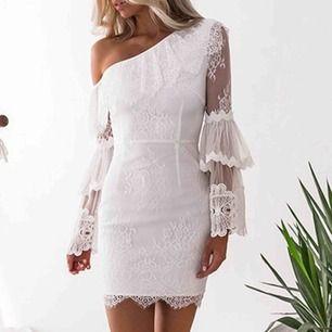 Helt ny oanvänd vit klänning i storlek M. Stretch material. Tänkte ha denna på min student men säljer pga att jag ångrat mig. Den ser ut precis som på bilden och är i bra kvalitet. Nypris 699.
