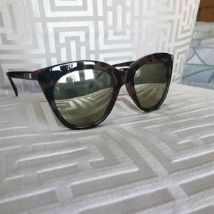"""Supersnygga trendiga LeSpecs solglasögon """"Half-Moon"""" i brun färg med leopardmönster. Cat eye modell. Undrar ni över något är det bara att skriva! Superfint skick med medföljande LeSpecs fodral 🎀"""
