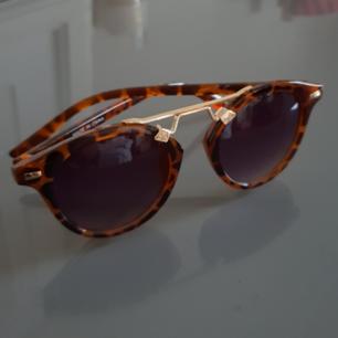 Snygga solglasögon med guldiga detaljer! Fraktas naturligtvis!