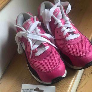 Har själv storlek 37  Använda en gång enbart!  Du får även de rosa skosnörena på köpet för de hör ihop med skorna