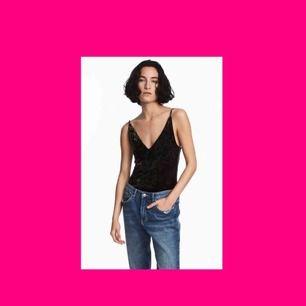 Svart Velvet-Body med smala axelband! Såå snygg och stretchig, därför passar den XS-M beroende på hur man vill att den ska sitta! 💗 (Frakt inkluderat i priset!)