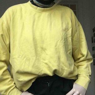 En gul college tröja köpt på weekday! Frakt 80 kr