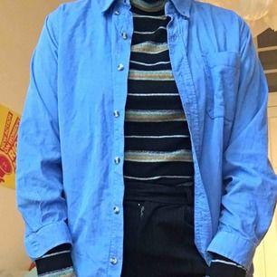 En blå manchester skjorta köpt second hand i New York!! Vet inte riktigt storleken, men den passar mig som är en S! Dock är den kortare i ärmen! Frakt tillkommer!
