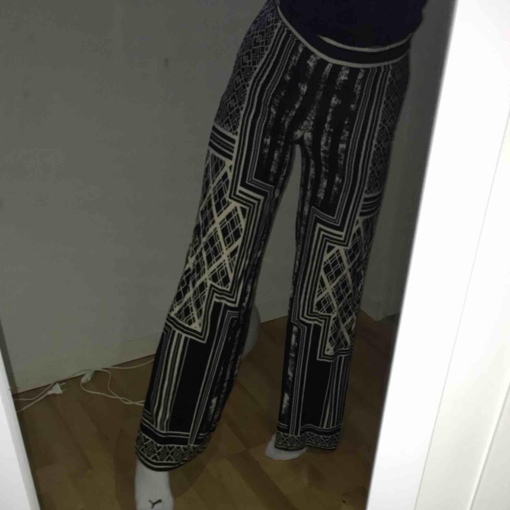 Coola Flowiga byxor med fint mönster  Jätte sköna. Jeans & Byxor.
