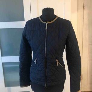 Oanvänd jacka köpt från Boomerang   Str XS  Marinblå