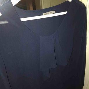 Snygg blå genomskinlig blus från soaked in luxury. Hade passat perfekt med en snygg bralette under!