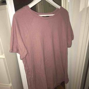 Snygg klänning från bikbok med väääärldens skönaste material! Kan funka som en kortare klänning eller en oversized tshirt!
