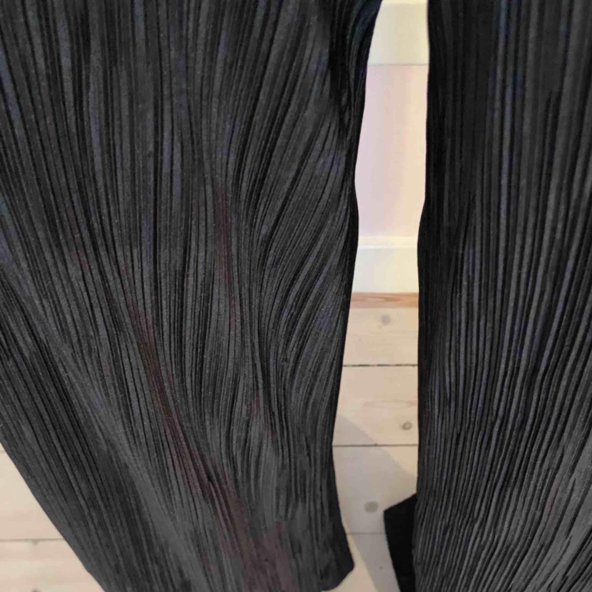 Snygga byxor från Boohoo! Lite slitna vid hälarna men inget som märks. Vida och långa byxor med stretch i midjan. Kolla gärna på allt annat jag säljer 😋. Jeans & Byxor.