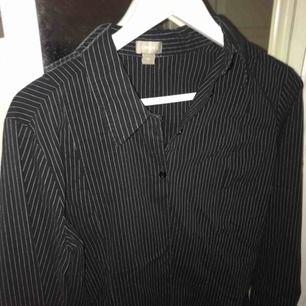 Snygg randig skjorta från Lindex. Är i storlek 42 men skulle säga att den passar allt från 36-40. Aldrig använd.