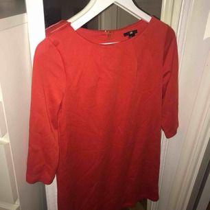 Röd klänning från HM i storlek XS. Är endast använd två gånger och är därför i jättebra skick!