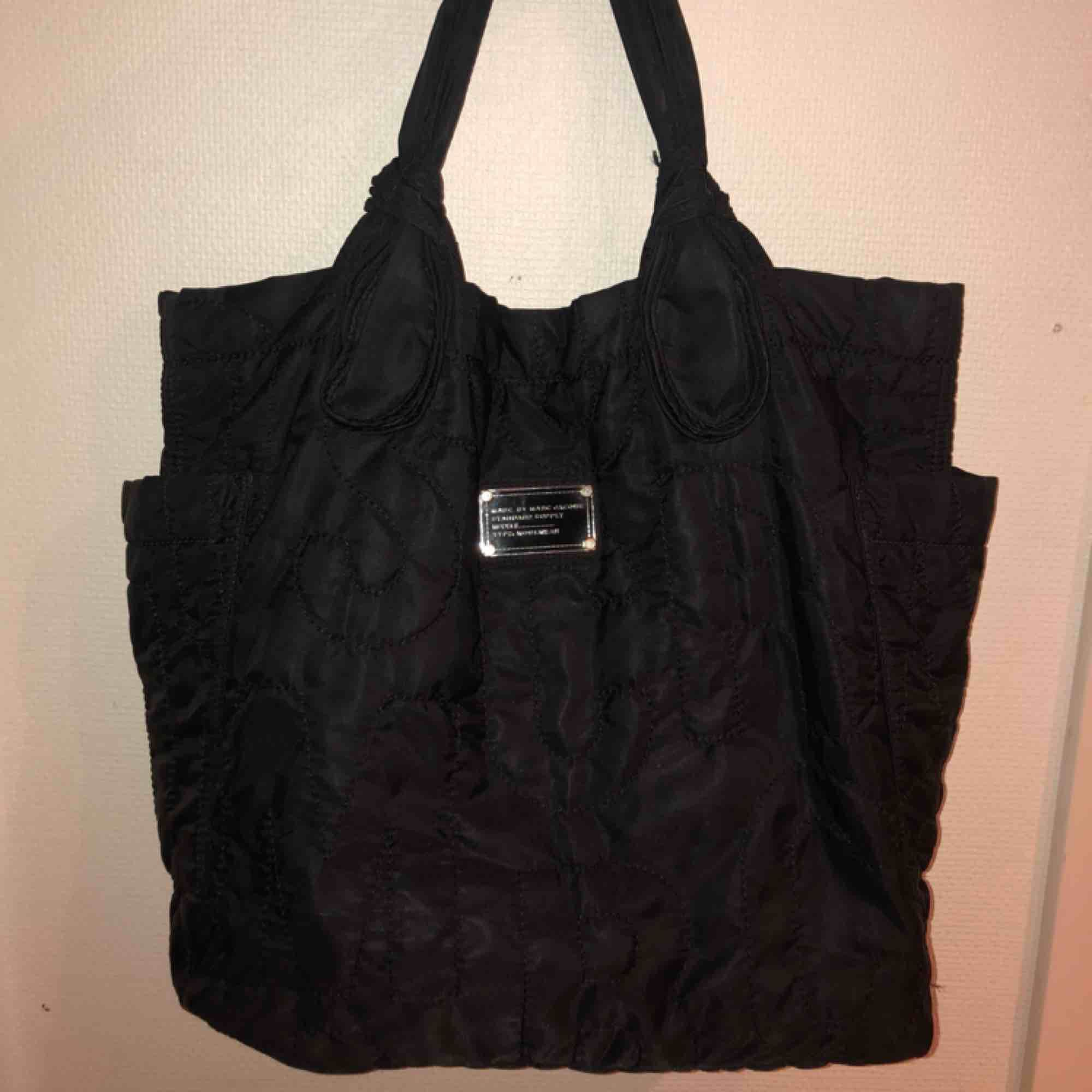 Marc Jacobs väska Bra kvalité, rymlig väska med välfungerande dragkedjor på insidan.   Priset kan diskuteras:). Väskor.