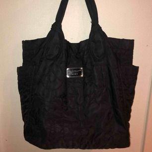 Marc Jacobs väska Bra kvalité, rymlig väska med välfungerande dragkedjor på insidan.   Priset kan diskuteras:)