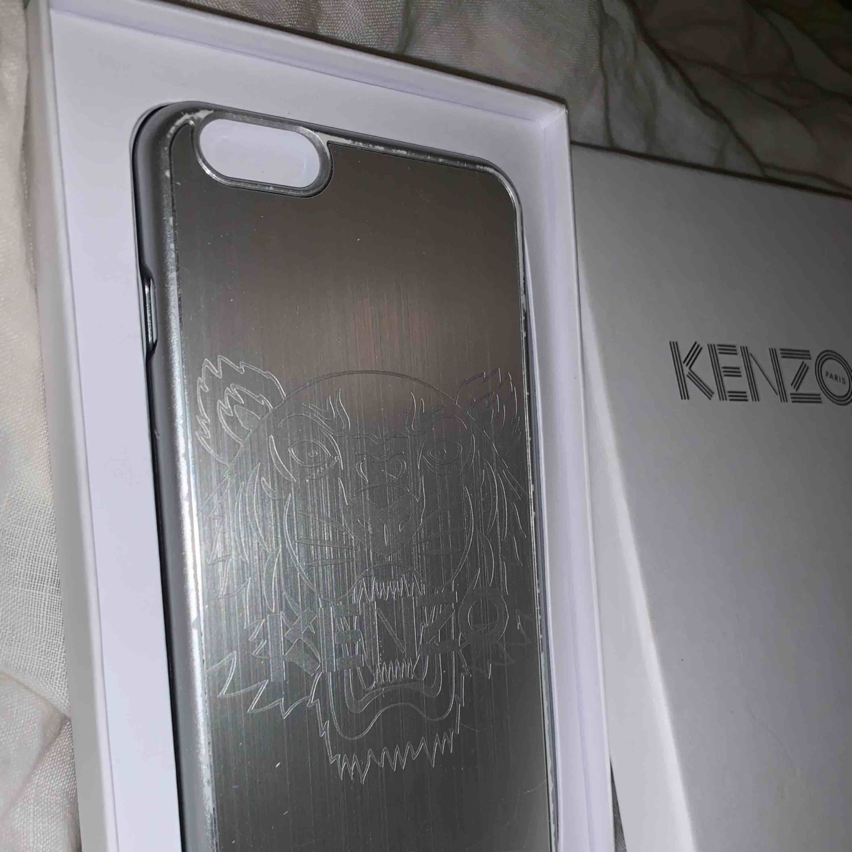 Äkta kenzoskal till IPhone 6+ och 6s+, lite slitet på kanterna men inget som stör. Nypris är 500kr😛 köparen står för eventuell frakt!. Accessoarer.