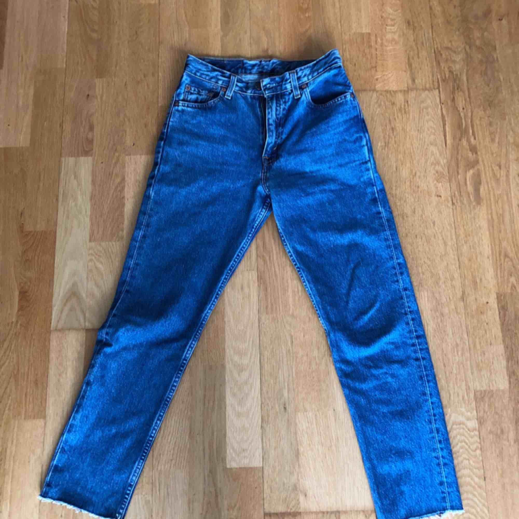snygga levi's jeans🔥 förra ägaren har klippt av en liten bit längst ner frakten ingår i priset💌 spårbar frakt❤️ (demma säljs åt en kompis)🌻. Jeans & Byxor.