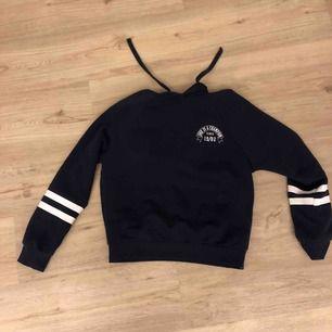 Mörkblå hoodie med vitt tryck, använd mellan 7-12ggr men fint skick. Nypris 299kr men pris kan diskuteras:) köparen står för frakt.