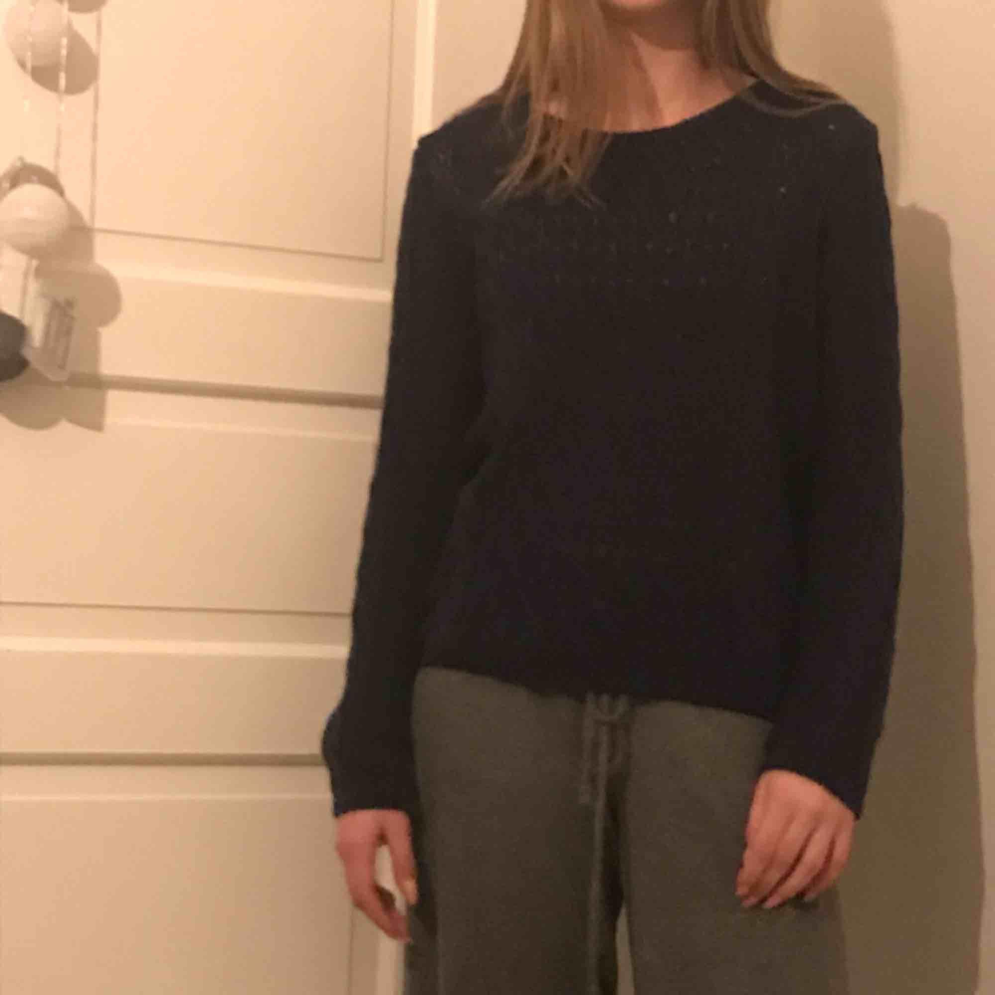 Mörkblå stickad tröja💘 large men känns som m/s. . Tröjor & Koftor.