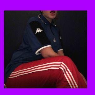 As balla röda Adidasbyxor som man kan knäppa upp lite i slutet utav byxorna, snyggt att ha dom stänga också. frakt tillkommer också på 20kr! ❤️