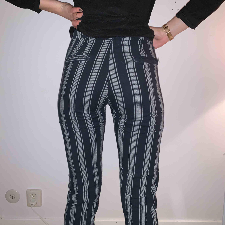 Randiga kostymbyxor från Brandy Melville! Sitter jättebra på XS-S och slutar vid anklarna! Använda ett par gånger men bra skick! Kan diskutera pris och köparen står för frakten☺️. Jeans & Byxor.