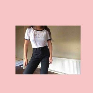 """Jättefin vit tröja med Feminist-""""Quote"""" tryck, köpt på H&M för ca. 5 år sen. Absolut skönaste tröjan jag äger! Superstretchig och mjuk. Storlek S men passar XS-L pga att den är så stretchig! 💓 (Frakt är inkluderat i priset)"""